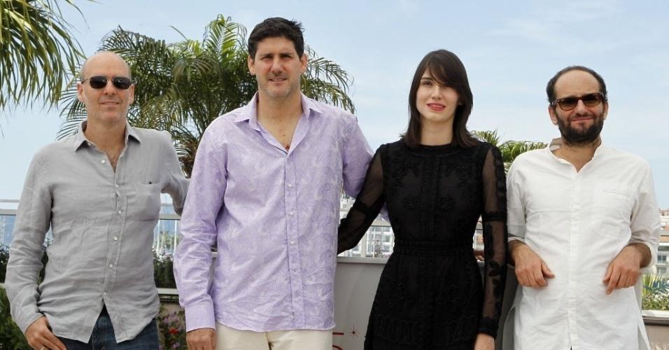"""O produtor Jaime Romandia, o ator mexicano Adolfo Jimenez Castro, a atriz Nathalia Acevedo e o diretor mexicano Carlos Reygadas apresentaram o filme """"Post Tenebras Lux"""", que foi vaiado no Festival de Cannes (24/5/12)"""