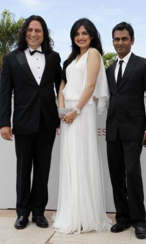 """Os atores indianos Anil George, Niharika Singh e Nawazuddin Siddiqui apresentam o filme """"Miss Lovely"""" no Festival de Cannes 2012 (24/5/12)"""