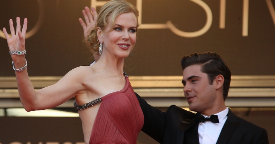"""Os atores Nicole Kidman e Zac Efron posa para fotos no tapete vermelho do Palácio do Festival ao chegar à exibição do filme """"The Paperboy"""" no Festival de Cannes 2012 (24/5/12)"""