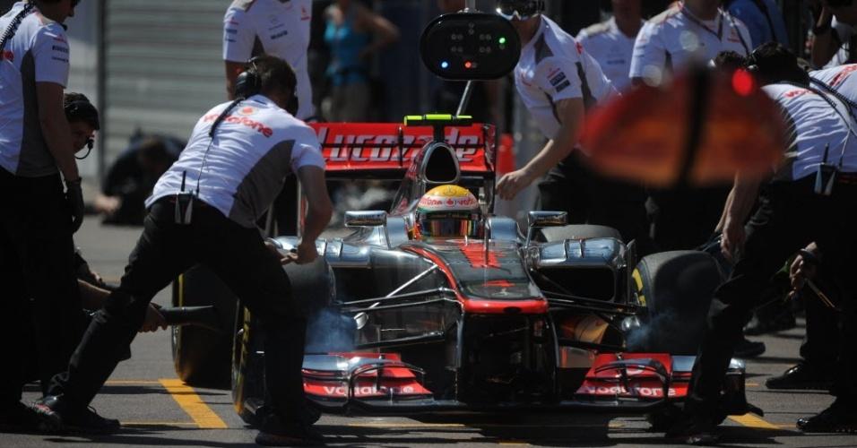 Os mecânicos da McLaren trabalham no carro do inglês Lewis Hamilton