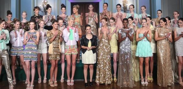 A estilista Patrícia Bonaldi recebe os aplausos do público e das modelos ao fim do seu desfile no Copacabana Palace (24/05/2012)