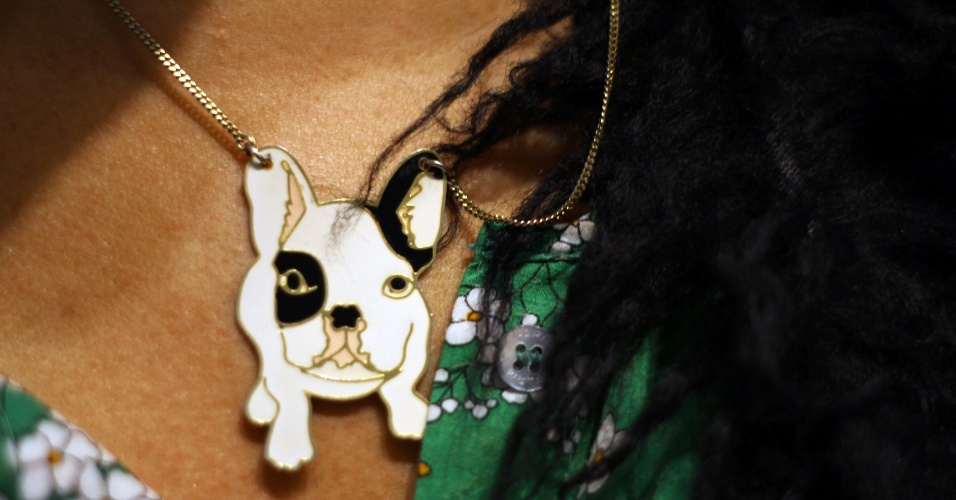 Renata Abrachs conta que seu colar de cachorrinho está com ela há muito tempo e já não se lembra mais onde o comprou (23/05/2012)