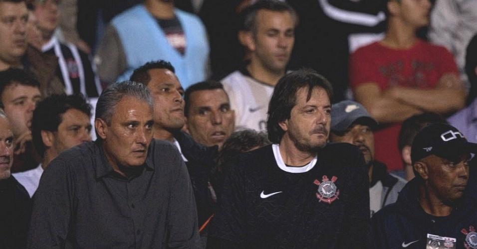 Tite assiste, da numerada do Pacaembu, ao lado de torcedores, a vitória do Corinthians sobre o Vasco