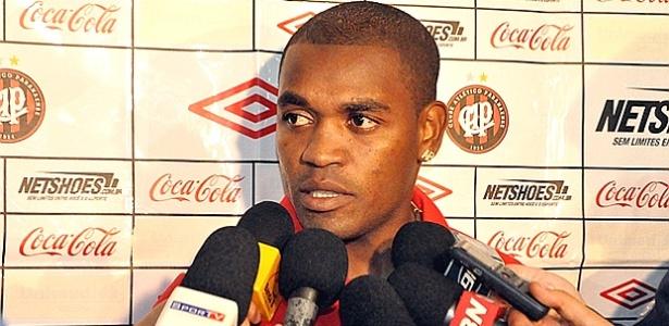 Volante Alan Bahia, do Atlético-PR, fala após jogo com o Palmeiras (23/05/2012)