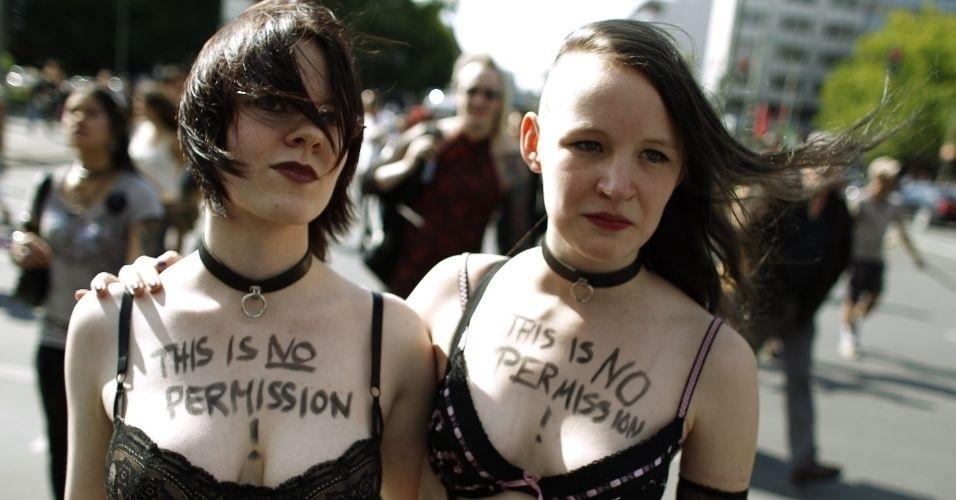 13.ago.2011 - Em protesto contra o abuso sexual de mulheres, manifestantes participam do comício do SlutWalk, em Berlim (Alemanha), com roupas íntimas. A intenção é criticar o costume de culpar a vítima pelo estupro