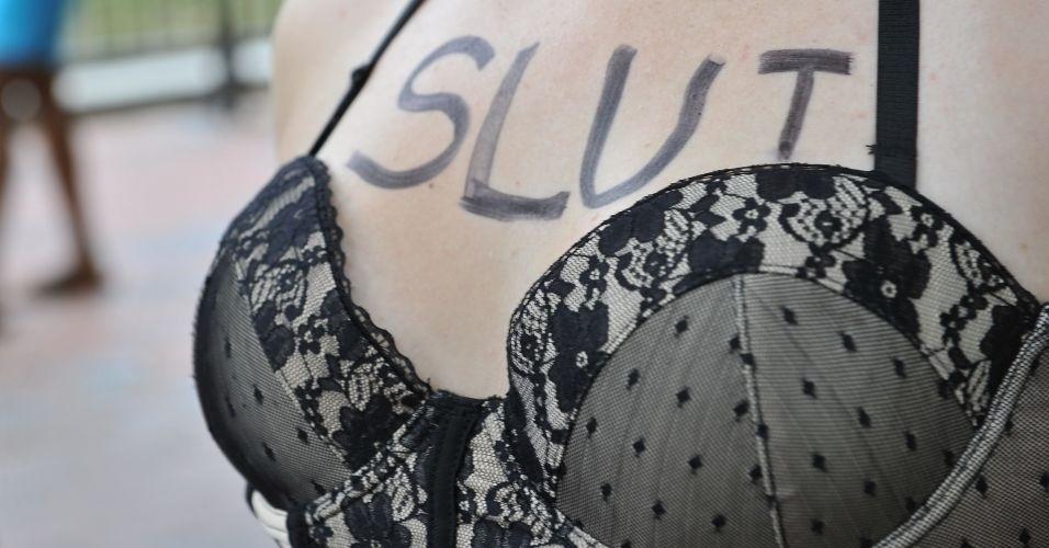 13.ago.2011 - Manifestante exibe mensagem no colo durante comício do SlutWalk em Berlim (Alemanha). O evento, que atrai milhares de pessoas em várias cidades do mundo, é uma forma de protesto contra o abuso sexual de mulheres e a desigualdade de gênero. A intenção é criticar o costume de culpar a vítima pelo estupro
