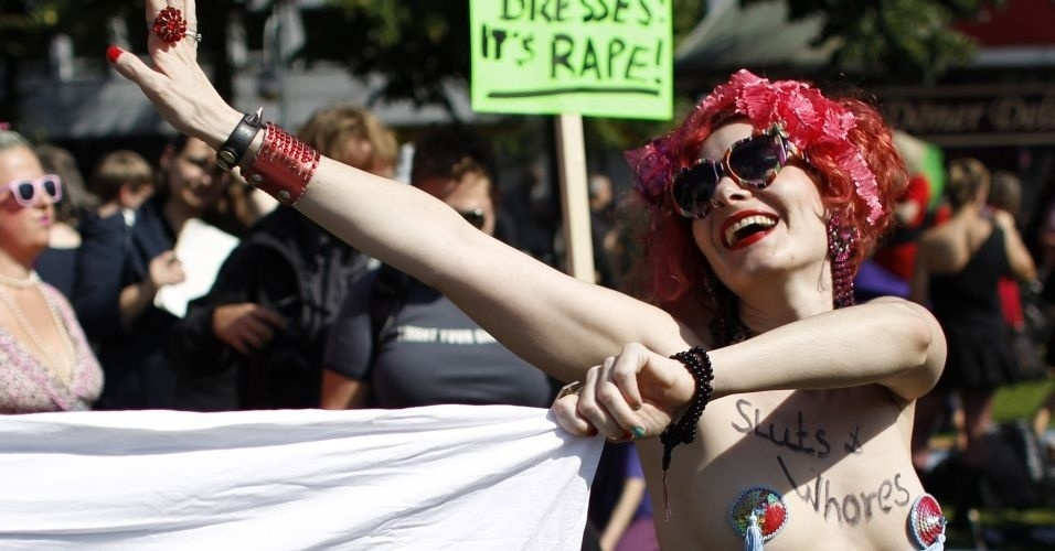13.ago.2011 - Manifestante exibe peito durante com&#237;cio do SlutWalk em Berlim (Alemanha). O evento, que atrai milhares de pessoas em v&#225;rias cidades do mundo, &#233; uma forma de protesto contra o abuso sexual de mulheres e a desigualdade de g&#234;nero. A inten&#231;&#227;o &#233; criticar o costume de culpar a v&#237;tima pelo estupro