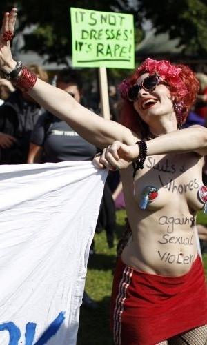 13.ago.2011 - Manifestante exibe peito durante comício do SlutWalk em Berlim (Alemanha). O evento, que atrai milhares de pessoas em várias cidades do mundo, é uma forma de protesto contra o abuso sexual de mulheres e a desigualdade de gênero. A intenção é criticar o costume de culpar a vítima pelo estupro