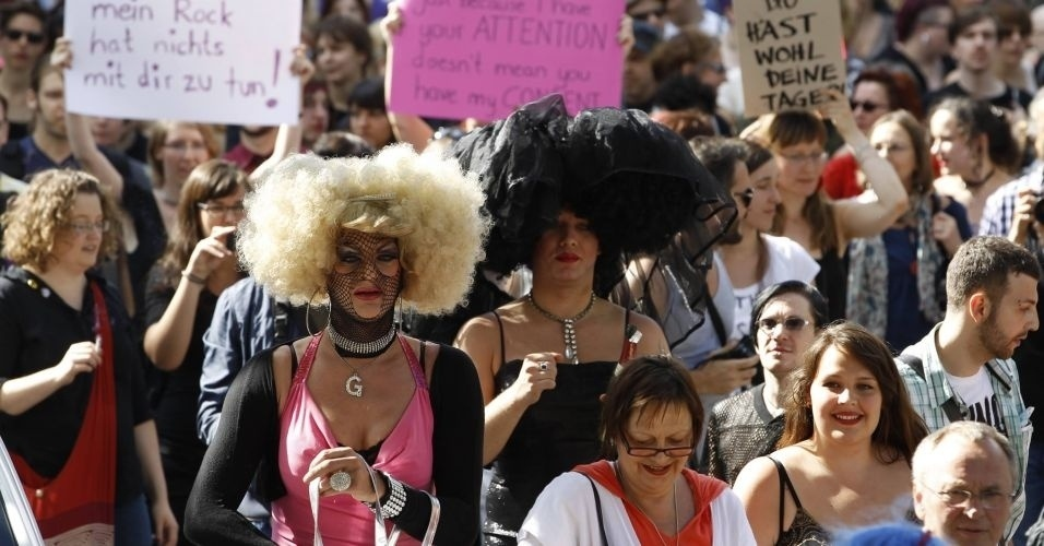 13.ago.2011 - Manifestantes usam fantasias durante comício do SlutWalk, em Berlim (Alemanha), em protesto contra o abuso sexual de mulheres e a desigualdade de gênero. A intenção é criticar o costume de culpar a vítima pelo estupro