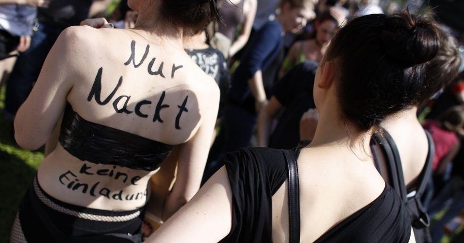 13.ago.2011 - Mulher utiliza próprio corpo para pedir mais respeito durante comício do SlutWalk em Berlim (Alemanha). O evento, que atrai milhares de pessoas em várias cidades do mundo, é uma forma de protesto contra o abuso sexual de mulheres e a desigualdade de gênero. A intenção é criticar o costume de culpar a vítima pelo estupro