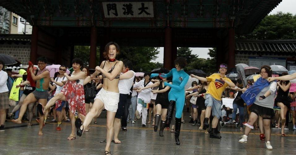 16.jun.2011 - Sul-coreanos dançam durante a Marcha das Vadias, em Seul. O movimento reivindica que as mulheres possam se vestir e agir como quiserem, sem serem reprimidas por sua sexualidade