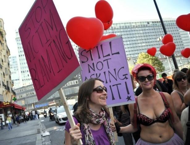 1º.out.2011- Francesas saem às ruas de Paris em protesto contra a violência sexual durante a Marcha das Vadias (SlutWalk, em inglês)