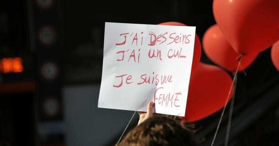 1º.out.2011- Manifestante exibe cartaz contra a violência sexual durante a Marcha das Vadias (SlutWalk, em inglês), em Paris, na França