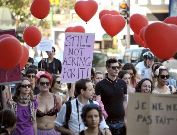 1º.out.2011- Mulheres usam bexigas em formato de coração e cartazes durante a Marcha das Vadias (SlutWalk, em inglês), em Paris, na França. Elas protestam contra a violência sexual