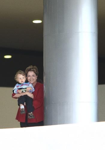 25.mai.2012 - A presidente Dilma Rousseff apareceu com o neto Gabriel nesta sexta-feira (24) na rampa do Palácio do Planalto, em Brasília