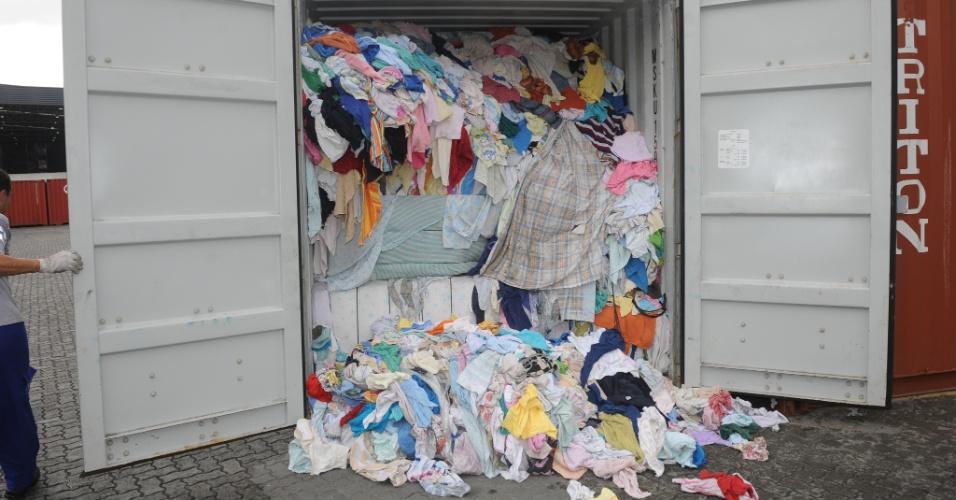 25.mai.2012 - A Receita Federal apreendeu ontem um container com lixo hospitalar e outros tecidos vindos da Espanha, em Santa Catarina