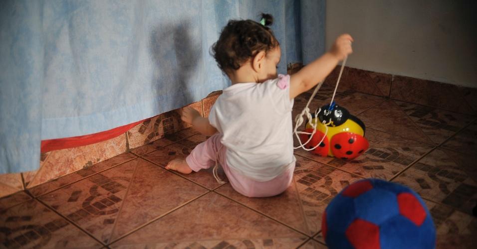 25.mai.2012 - Bebê brinca no Lar da Criança Padre Cícero, instituição que acolhe mais de 20 crianças e adolescentes, em Brasília. Poucos estão habilitados para adoção