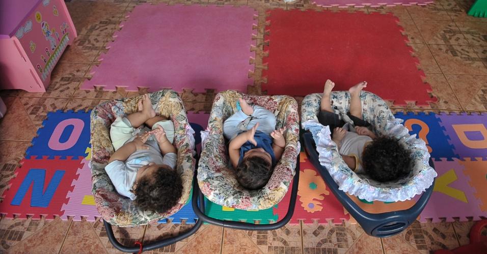 25.mai.2012 - Bebês acolhidos pelo Lar da Criança Padre Cícero, instituição que cuida mais de 20 crianças e adolescentes, em Brasília. Poucos estão habilitados para adoção