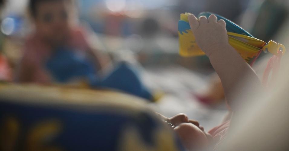 25.mai.2012 - Bebês brincam no Lar da Criança Padre Cícero, instituição que acolhe mais de 20 crianças e adolescentes, em Brasília. Poucos estão habilitados para adoção