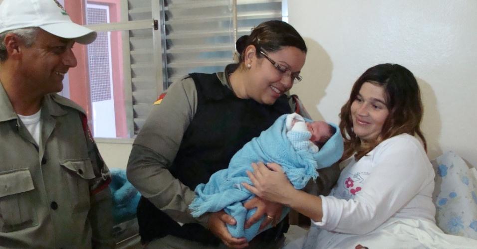 25.mai.2012 - Brigada Militar ajudou a gaúcha Andreia Silveira a dar à luz em rodoviária do Rio Grande, Rio Grande do Sul. O parto foi realizado dentro de um carro. Mãe e filha foram encaminhadas para o hospital e passam bem