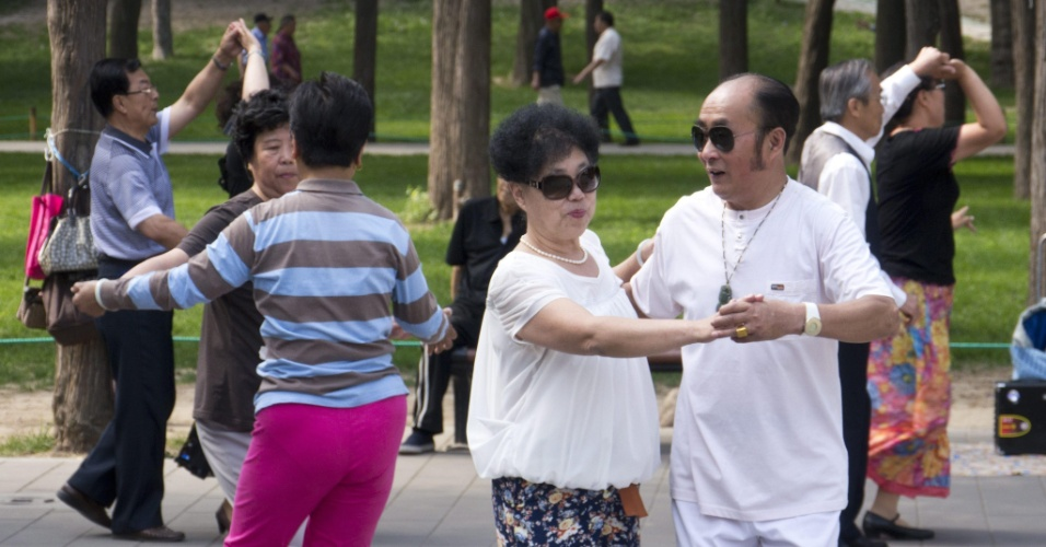 25.mai.2012 - Chineses participam de baile de dança de salão em parque de Pequim, na China