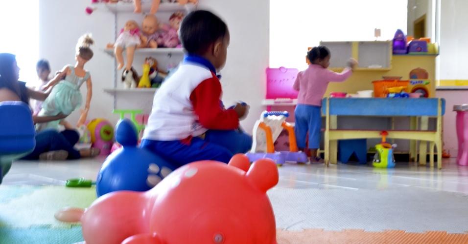 25.mai.2012 - Crianças acolhidas pelo abrigo Nosso Lar, instituição onde vivem desde recém-nascidos até adolescentes, em Brasília