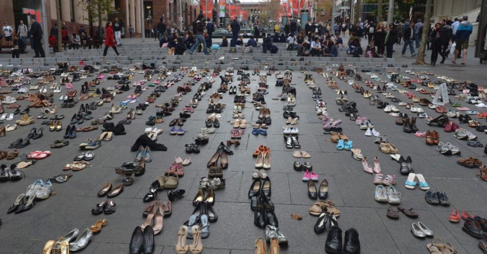 25.mai.2012 - erca de 4.000 pares de sapatos que representam o número de pessoas mortas por ano em estradas australianas são colocados em praça de Sydney, na Austrália