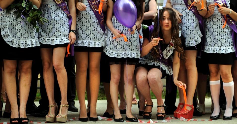 """25.mai.2012 - Estudantes do ensino médio celebram nesta sexta-feira (25) o último dia de aula em escola na região de Sochi, na Rússia, em uma cerimônia tradicional no país conhecida como """"último sino"""""""