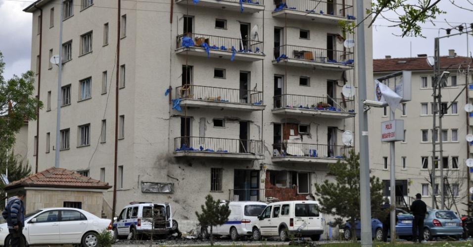25.mai.2012 - Fachada de delegacia turca fica danificada na província de Kayseri, no centro da Turquia, nesta sexta-feira (25). Ao menos cinco pessoas morreram na explosão de uma bomba diante da delegacia. O atentado também deixou 18 pessoas feridas. Um carro chegou ao interior da delegacia e os terroristas ativaram a bomba