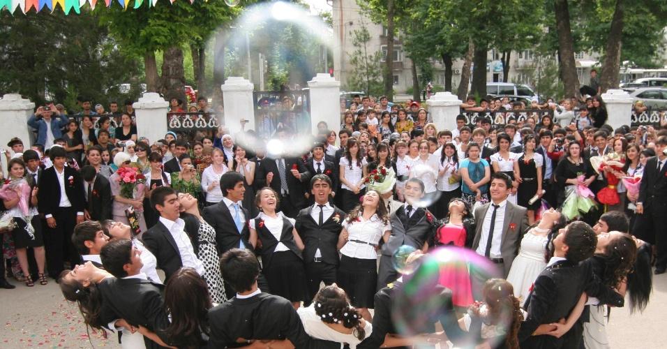 25.mai.2012 - Formandos do ensino secundário celebram o último ano escolar em Dushanbe, no Tajiquistão
