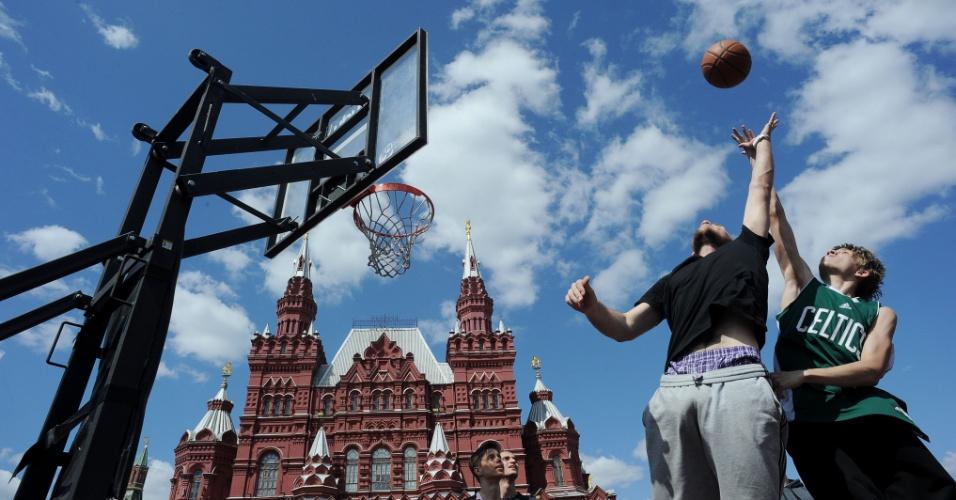 25.mai.2012 - Jovens jogam basquete em quadra temporária instalada na praça Vermelha, em Moscou, na Rússia