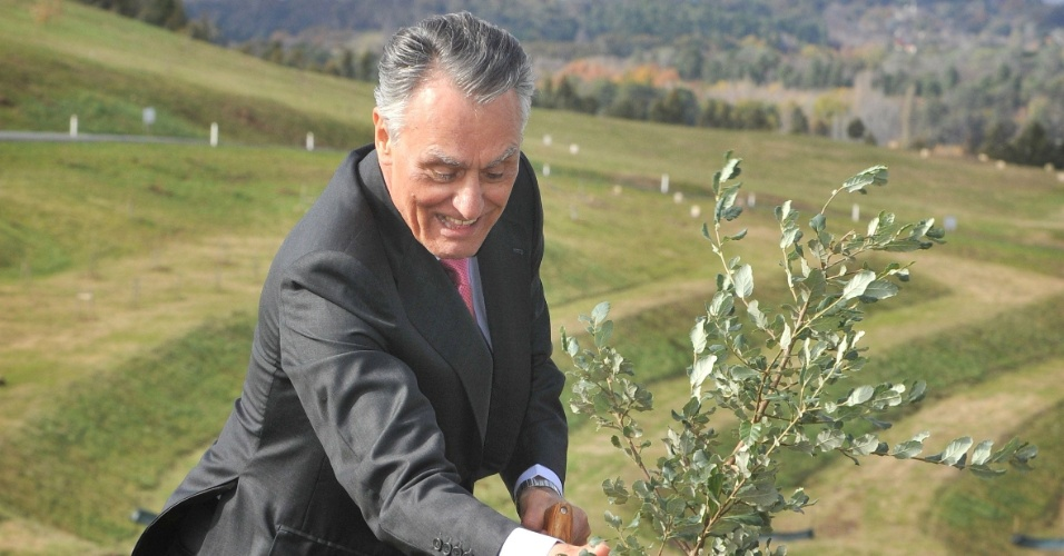 25.mai.2012 - O presidente portugu&#234;s, An&#237;bal Cavaco Silva, planta um sobreiro durante cerim&#244;nia de plantio de &#225;rvores no Arboredo Nacional, em Camberra, na Austr&#225;lia