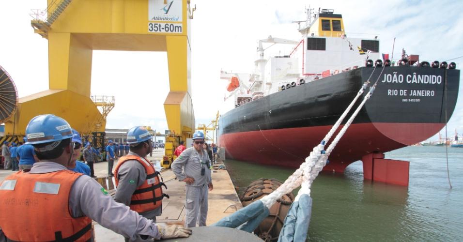 25.mai.2012 - O primeiro navio construído em terras pernambucanas, o João Cândido, zarpou nesta sexta-feira (25) em direção ao Rio de Janeiro