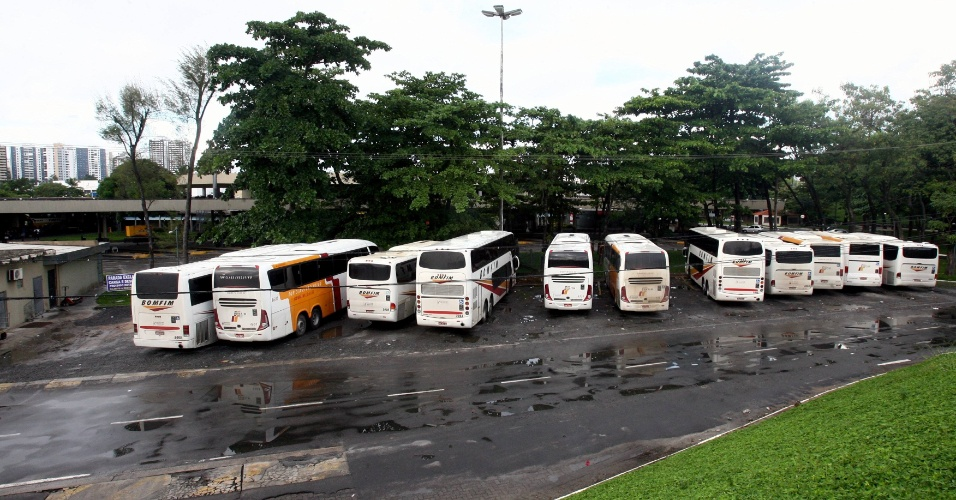 25.mai.2012 - &#212;nibus intermunicipais amanhecem estacionados em garagem de Salvador (BA), nesta sexta-feira (25), deixando a rodovi&#225;ria da cidade vazia. A capital baiana sofre sem &#244;nibus com o 3&#186; dia de greve dos rodovi&#225;rios