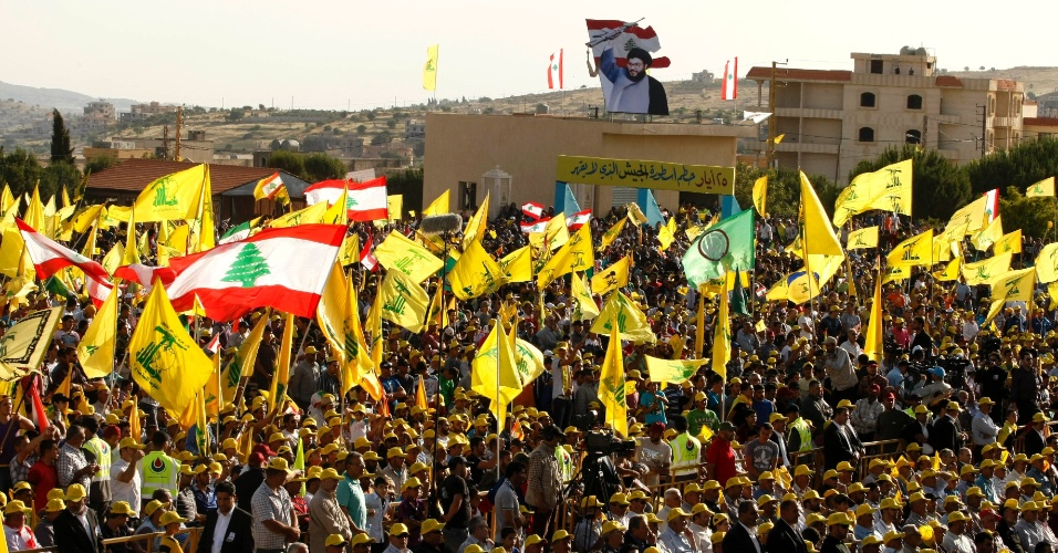 25.mai.2012 - Simpatizantes do grupo liban&#234;s Hezbollah se manifestam em Bint Jbeil, para celebrar o 12&#186; anivers&#225;rio da retirada das tropas de Israel do sul do L&#237;bano, ap&#243;s 22 anos de invas&#227;o