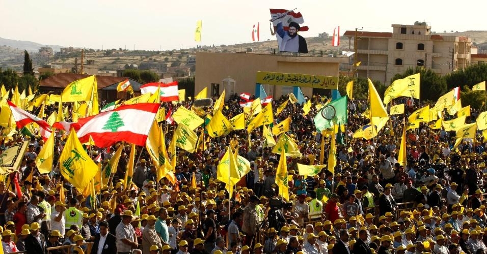 25.mai.2012 - Simpatizantes do grupo libanês Hezbollah se manifestam em Bint Jbeil, para celebrar o 12º aniversário da retirada das tropas de Israel do sul do Líbano, após 22 anos de invasão