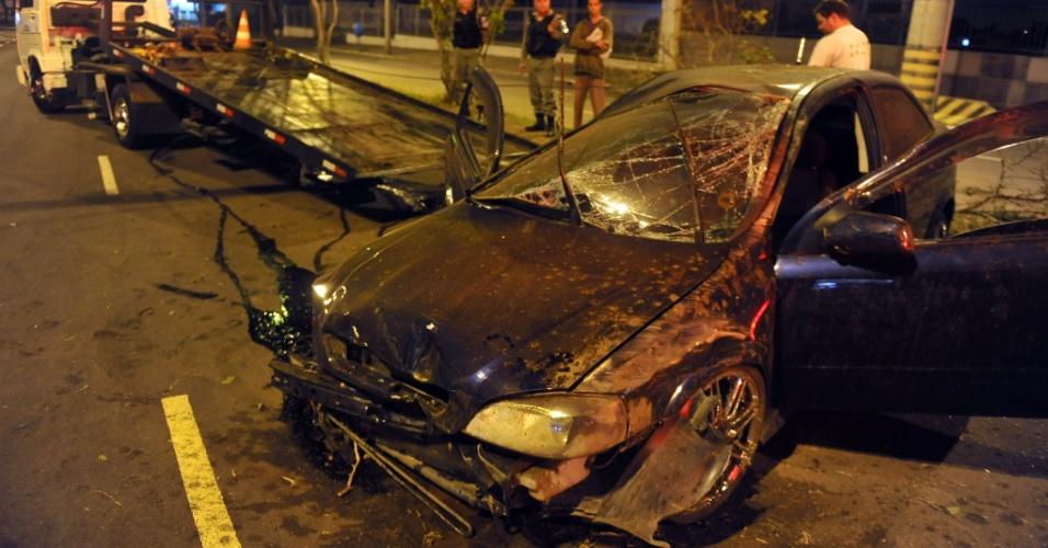 25.mai.2012 - Um carro bateu em uma árvore na av. Assis Brasil, no bairro de Sarandi, zona norte de Porto Alegre (25), na madrugada desta sexta-feira (25). Dois homens ficaram feridos no acidente e foram encaminhados a hospital da região