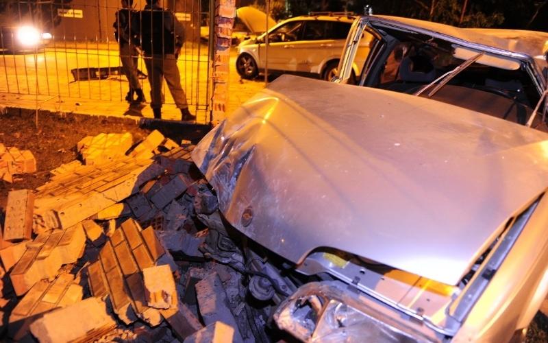 25.mai.2012 - Um carro derrubou parte do muro da escola estadual Euclídes da Cunha, no bairro Menino Deus, em Porto Alegre (RS), após um acidente de trânsito na noite de quinta-feira (24). O veículo havia se chocado com outro carro e depois bateu no muro da escola