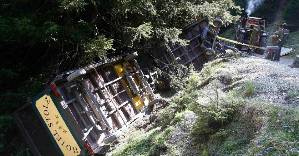 25.mai.2012 - Um trem caiu durante um passeio turístico perto da aldeia ocidental austríaca de Navis. A mídia local disse que ao menos 22 turistas alemães ficaram feridos no acidente