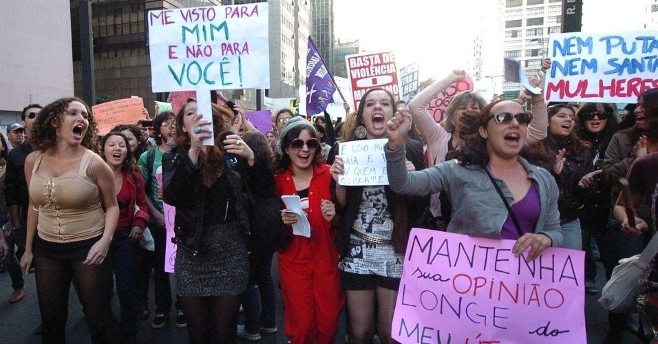4.jun.2011 - Cerca de 300 pessoas participaram da Marcha das Vadias, na avenida Paulista (zona oeste de São Paulo). O protesto se inspira na 'SlutWalk', manifestação de alunas universitárias em Toronto (Canadá) no último mês de abril. Na ocasião, um policial sugeriu às alunas que não se vestissem como