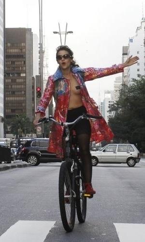 4.jun.2011 - Manifestante anda de bicicleta com os peitos a mostra durante Marcha das Vadias, na avenida Paulista (zona oeste de São Paulo). O protesto se inspira na 'SlutWalk', manifestação de alunas universitárias em Toronto (Canadá) no último mês de abril. Na ocasião, um policial sugeriu às alunas que não se vestissem como