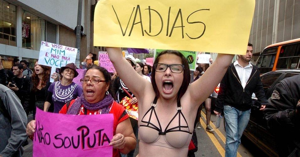 4.jun.2011 - Manifestante apenas com lingerie exibe cartaz com a palavra