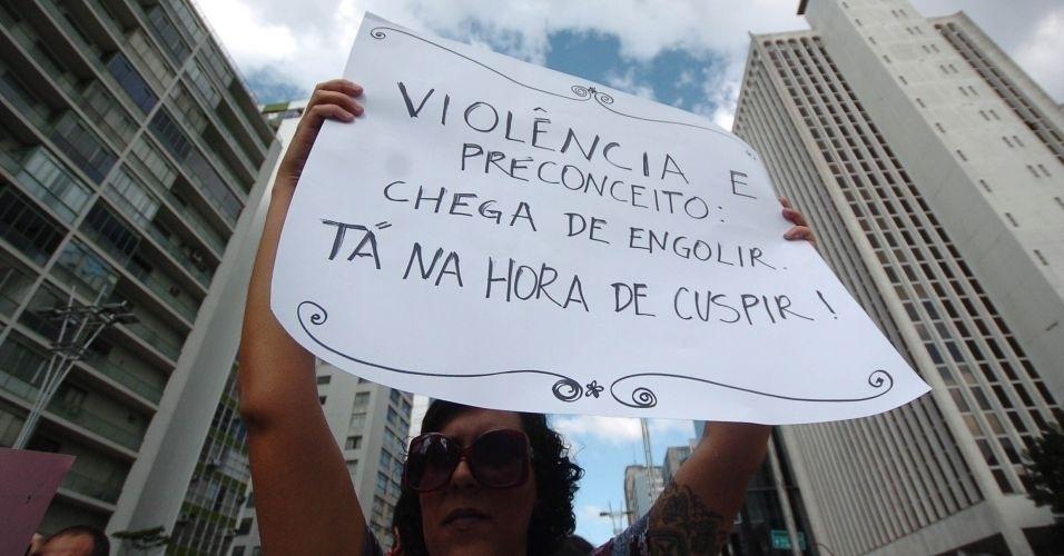 4.jun.2011 - Manifestante exibe cartaz contra a desigualdade de gênero durante a Marcha das Vadias, realizada na avenida Paulista (zona oeste de São Paulo). O protesto se inspira na 'SlutWalk', manifestação de alunas universitárias em Toronto (Canadá) no último mês de abril. Na ocasião, um policial sugeriu às alunas que não se vestissem como