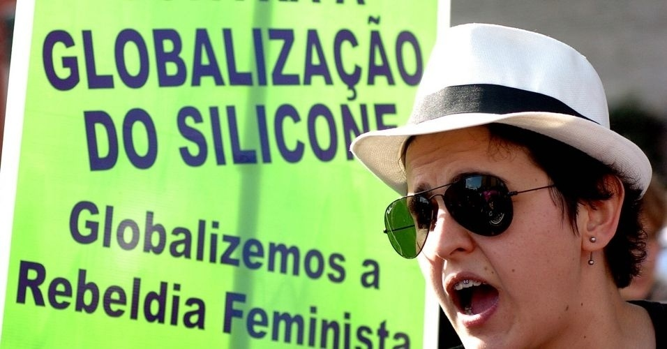 4.jun.2011 - Manifestante exibe cartaz em favor à rebeldia feminina durante a Marcha das Vadias, realizada na avenida Paulista (zona oeste de São Paulo). O protesto se inspira na 'SlutWalk', manifestação de alunas universitárias em Toronto (Canadá) no último mês de abril. Na ocasião, um policial sugeriu às alunas que não se vestissem como