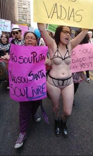 4.jun.2011 - Manifestante participa da Marcha das Vadias, na avenida Paulista (zona oeste de São Paulo), apenas com lingerie. O protesto se inspira na 'SlutWalk', manifestação de alunas universitárias em Toronto (Canadá) no último mês de abril. Na ocasião, um policial sugeriu às alunas que não se vestissem como