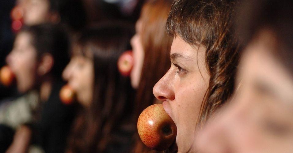 4.jun.2011 - Manifestantes comem maçã - considerada a fruta do pecado - durante Marcha das Vadias, na avenida Paulista (zona oeste de São Paulo). O protesto se inspira na 'SlutWalk', manifestação de alunas universitárias em Toronto (Canadá) no último mês de abril. Na ocasião, um policial sugeriu às alunas que não se vestissem como