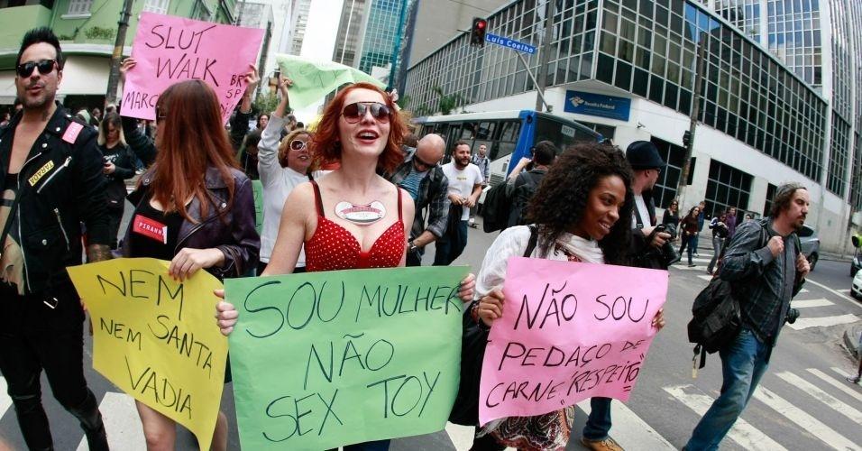 4.jun.2011 - Paulistanas saem às ruas em protesto contra o abuso sexual durante a Marcha das Vadias, na zona oeste de São Paulo