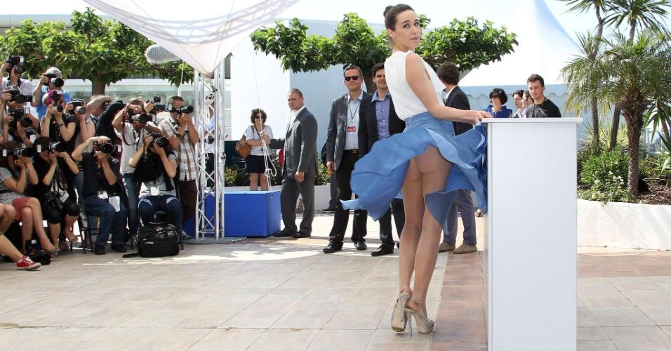 """A atriz Arta Dobroshi mostra demais ao posar para foto na apresentação de """"Trois mondes"""" (Three Worlds) na Mostra """"Um Certo Olhar"""" do Festival de Cannes (25/5/12)"""