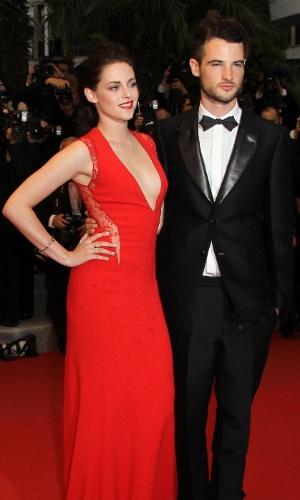 """A atriz Kristen Stewart e seu companheiro de elenco em """"Na Estrada"""" Tom Sturridge chegam à exibição de """"Cosmopolis"""", filme de David Cronenberg protagonizado pelo namorado da atriz, Robert Pattinson, no Festival de Cannes 2012 (25/5/12)"""