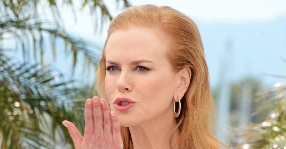 """A atriz Nicole Kidman manda beijo durante apresentação do filme """"Hemingway & Gellhorn"""" no Festival de Cannes 2012 (25/5/12)"""
